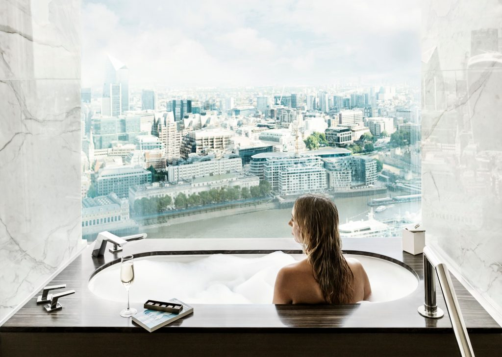 Bathtub with a view in the London Suite - Luxuriate Life Magazin by Mark Captain
